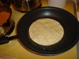Enchiladas_frying_the_tortilla